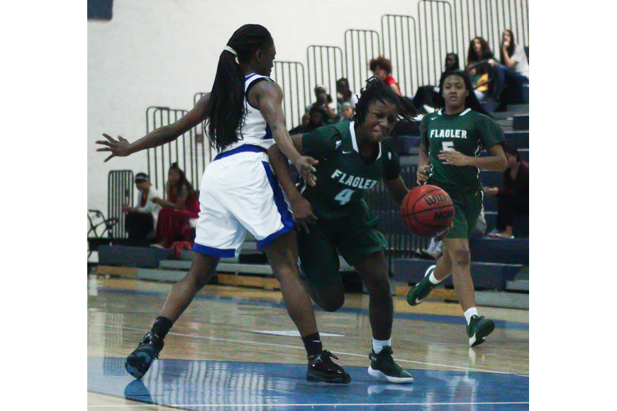 The Bulldogs' Jimaya Baker drives past a defender. Photo by Ray Boone